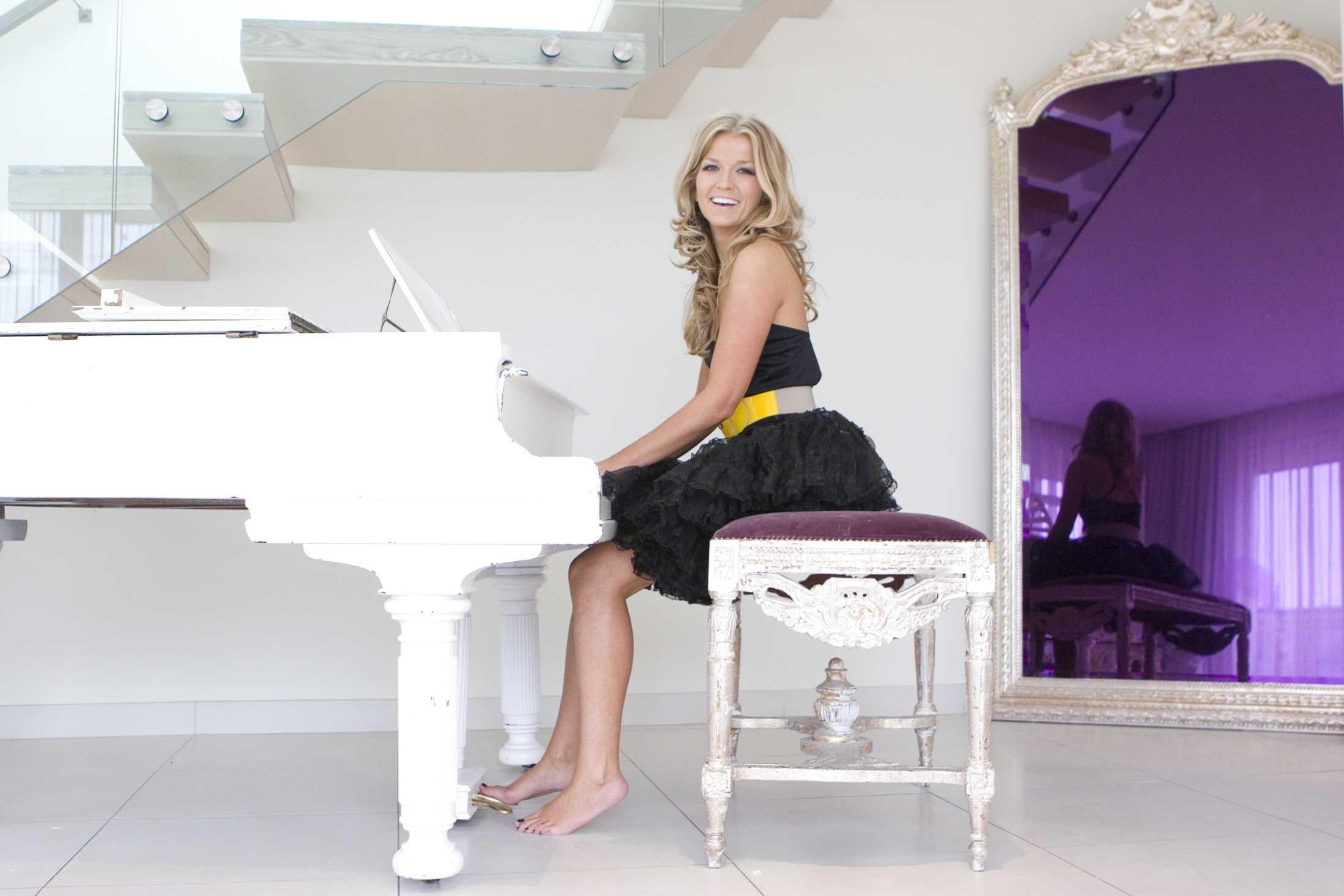 Lush pop from Irish singer-songwriter Roberta Howett, 'Broken Wings' single due March 27th, The Non-Modern Man   Unfashionablemale